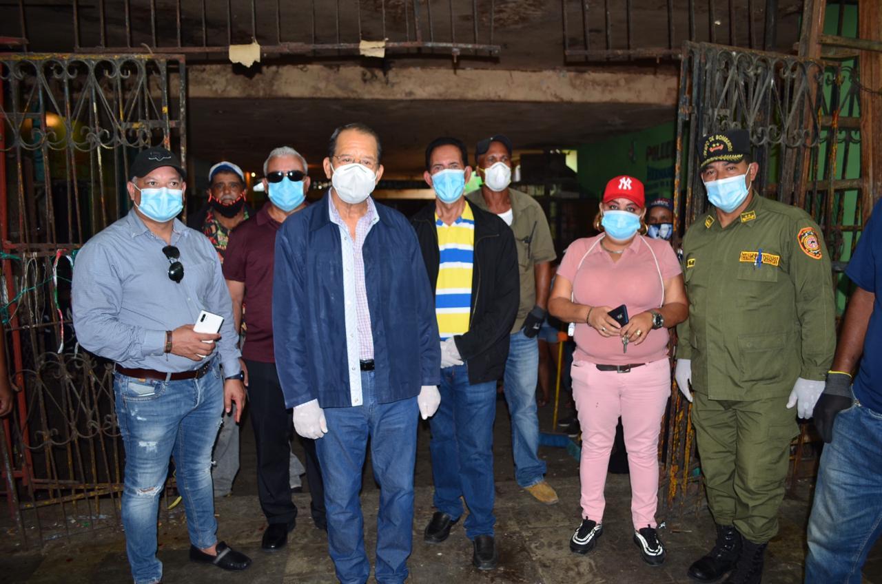 Comerciantes Mercado Municipal saludan jornada limpieza, fumigación y desinfección realizó Ayuntamiento de San Francisco de Macoris