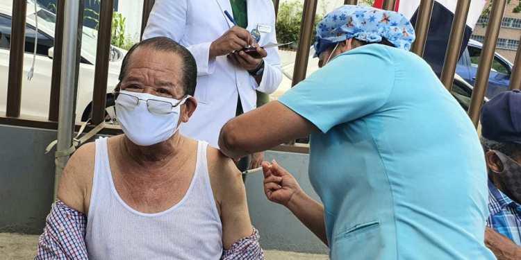Alcalde Siquio NG de la Rosa inicia jornada de vacunación contra Covid-19 para adultos de 70 años en SFM
